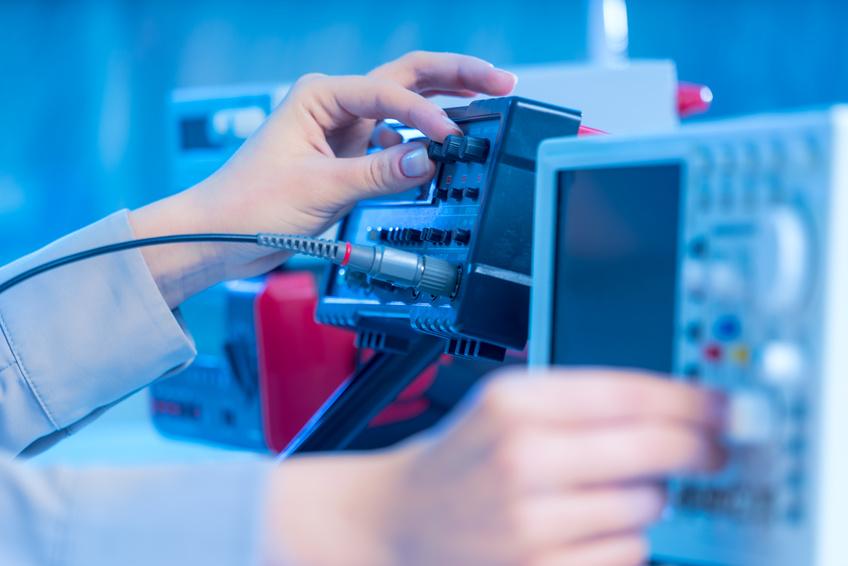 Pomiary zasilaczy w laboratorium elektronicznym
